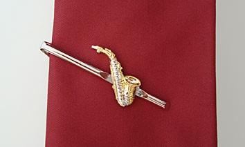 """Altsaxophon"" als Krawattennadel"