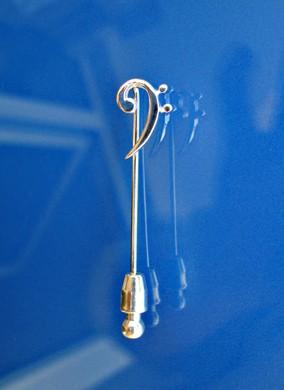 """""""Kleiner Bassschlüssel"""" als Nadel"""